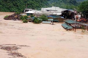 Nhiều tuyến đường liên huyện, xã còn bị ngập, ách tắc do lũ