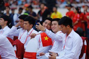Dàn cầu thủ Olympic Việt Nam bảnh bao trong lễ mừng công