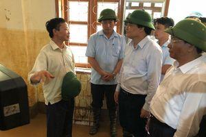 Bộ trưởng Phùng Xuân Nhạ đến với học sinh vùng lũ