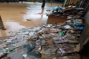 Nhiều trường học gồng mình chống mưa lũ trước ngày khai giảng năm học mới