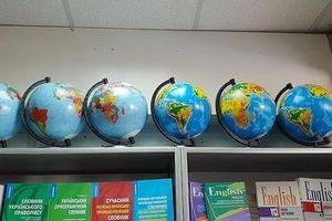 Quả địa cầu 'hô biến' các tỉnh biên giới phía bắc Việt Nam vẫn được bày bán tại các cửa hàng thiết bị học tập