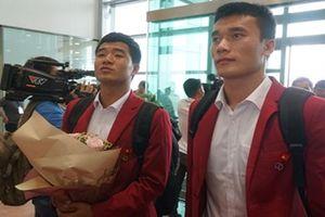Những hình ảnh ấn tượng nhất của Olympic Việt Nam khi vừa về đến sân bay Nội Bài