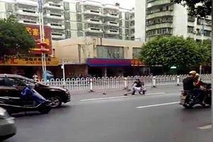 Sau va chạm, người đàn ông bị tài xế xe buýt ném thẳng xuống đường