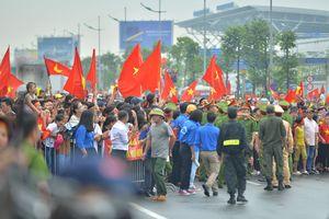 Hàng nghìn người hâm mộ ra sân bay đón chờ Olympic Việt Nam trở về
