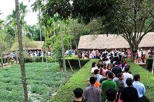 Dòng người nườm nượp về thăm quê Bác ngày Tết Độc lập