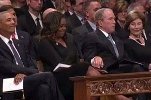 Cử chỉ của cựu Tổng thống George W. Bush trong lễ tang thượng nghị sỹ John McCain 'gây bão' mạng
