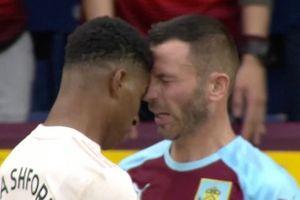 Mourinho lặng người nhìn Rashford nhận thẻ đỏ sau pha 'thiết đầu công'