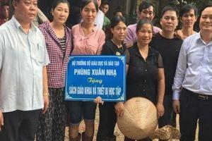 Bộ trưởng Bộ GD&ĐT tặng 300 triệu đồng cho trường học vùng lũ Sơn La