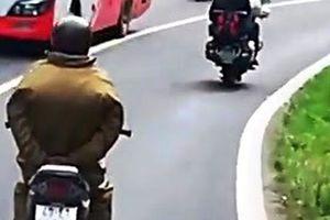 Thót tim cảnh người đi xe máy 'làm xiếc' thả tay xuống đèo