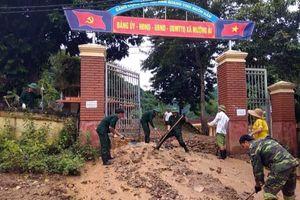 Cán bộ, chiến sĩ Đoàn Kinh tế Quốc phòng 4 giúp dân khắc phục hậu quả lũ lụt