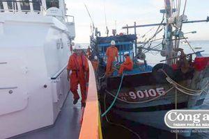 Cứu thành công 6 thuyền viên bị nạn trên vùng biển Hoàng Sa