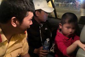 CSGT dùng xe đặc chủng chở bé trai 5 tuổi đi tìm mẹ trong đêm bắn pháo hoa