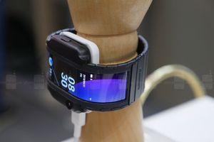 Cận cảnh chiếc smartphone màn hình cong độc đáo, có thể đeo lên tay như đồng hồ
