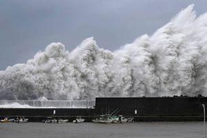Chùm ảnh siêu bão Jebi mạnh nhất 25 năm càn quét Nhật Bản, ít nhất 2 người thiệt mạng