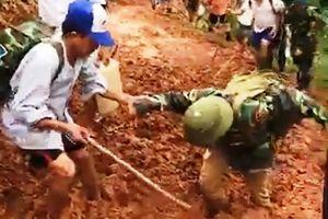 Giáo viên bị... sụp bùn khi cõng gạo cứu đói học sinh