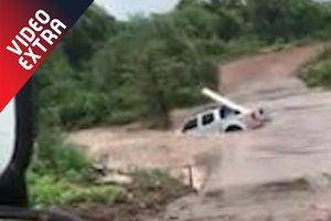 Ôtô cố vượt qua dòng nước lũ thì bị cuốn theo