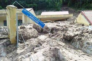 Chuẩn bị khai giảng vùng lũ lụt: Giáo viên cõng gạo lội bùn hàng chục km cho học sinh
