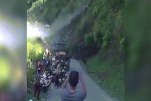 Lở núi, hàng trăm khối đất đá sụp trước mặt, người dân vẫn đứng quay clip