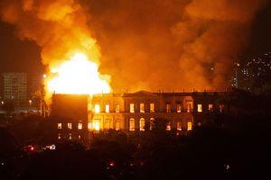 Cháy lớn tại bảo tàng 200 tuổi của Brazil