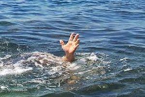 Xuống thuyền lấy mũ cho bố, bé trai 6 tuổi bị đuối nước