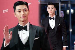 Park Seo Joon quyến rũ chết người tại thảm đỏ 'Seoul Drama Awards', netizen thắc mắc Park Min Young đâu?
