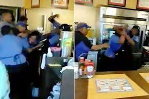Không muốn rửa bát, nữ nhân viên nhà hàng giật tóc, đánh nhau trước mặt thực khách