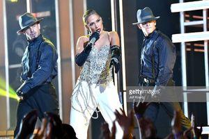 6 style trang phục biểu diễn siêu gợi cảm khiến fan đổ rạp trước Jennifer Lopez