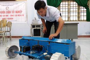 Sinh viên chế tạo máy gieo đậu phộng độc đáo
