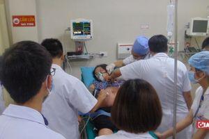Mẹ mang thai sắp sinh bị ong đốt, con trong bụng nguy kịch phải mổ cấp cứu