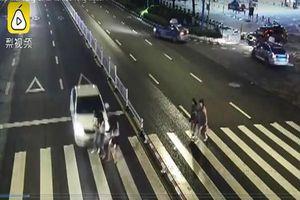 Mải nghe điện thoại, tài xế ô tô húc văng ba cô gái trên đường