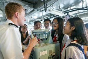 Ngày khai giảng trên boong tàu Hải quân Anh của học sinh Sài Gòn
