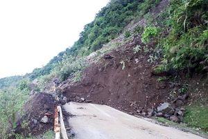 Hàng trăm khối đất đá ầm ầm sạt xuống đường, dân vứt xe chạy tán loạn