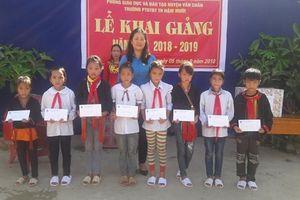 LĐLĐ tỉnh Yên Bái tặng 3.000 cuốn vở cho học sinh xã Nậm Mười