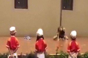 Trố mắt vì màn vũ công nữ múa cột trong lễ khai giảng trường mầm non