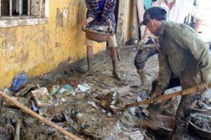 Nhiều ngôi trường ngập bùn sau lũ dữ