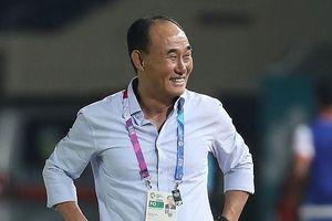 HLV đội tuyển Olympic Hàn Quốc nhận thưởng từ KFA