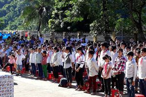 Hàng trăm học sinh đi khai giảng nhờ vì trường bị lũ 'xóa sổ'