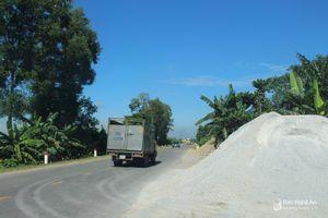 Diễn Châu: Nhiều bãi tập kết vật liệu xây dựng 'tràn' ra quốc lộ