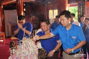 Đoàn thanh niên tỉnh Xiêng Khoảng dâng hương tại Nghĩa trang Liệt sỹ Việt - Lào