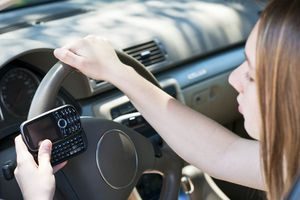 Nhắn tin khi lái xe nguy hiểm hơn 6 lần dùng rượu bia