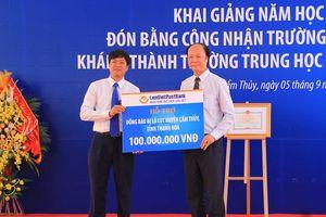 Đồng chí Phó Chủ tich UBND tỉnh Lê Thị Thìn dự lễ khai giảng tại Trường THCS thị trấn Cẩm Thủy