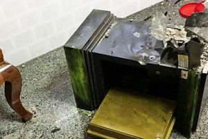 Két sắt nhà nữ giám đốc bị trộm đập phá lấy 9 lạng vàng