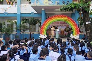 Tặng mũ bảo hiểm cho học sinh tiểu học nhân ngày khai giảng