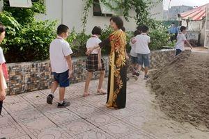 Trường tiểu học bị chặn lối đi, cô trò mượn địa điểm để khai giảng