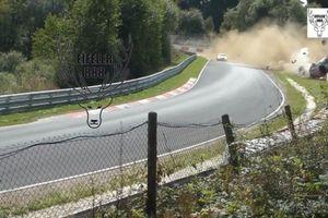 Porsche 911 GT3 Cup lộn 10 vòng trên đường đua Nurburgring hiểm hóc