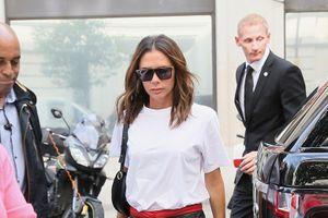 Victoria Beckham giản dị với áo phông trắng xuống phố