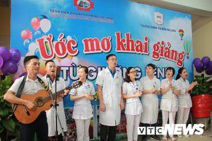 Khoảnh khắc xúc động lễ khai giảng trong bệnh viện ở Quảng Ninh