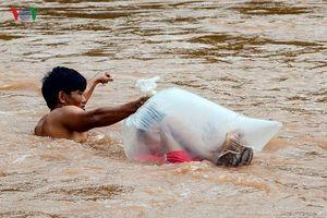 Học sinh chui túi nilon qua suối: 'Do không còn cách nào khác'