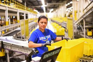 Thượng nghị sĩ Mỹ đòi đánh thuế nặng Amazon, Walmart
