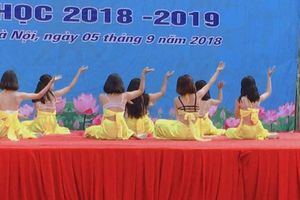 Dàn nữ sinh Hà Nội mặc áo yếm lộ nội y khi múa ngày khai giảng